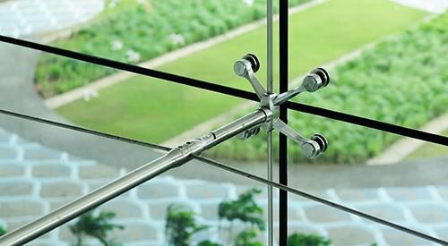 Herrajes para fachadas de vidrio