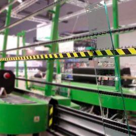 Vidrio entrando a la máquina para canteado vidrio